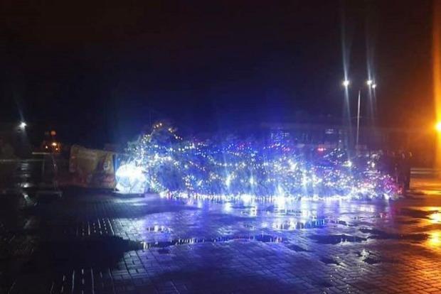 В Каневе Новый Год уже закончился - непогода свалила городскую елку