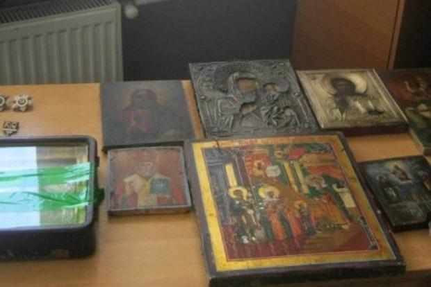 Из Украины пытались вывезти в РФ старинные иконы и ордена