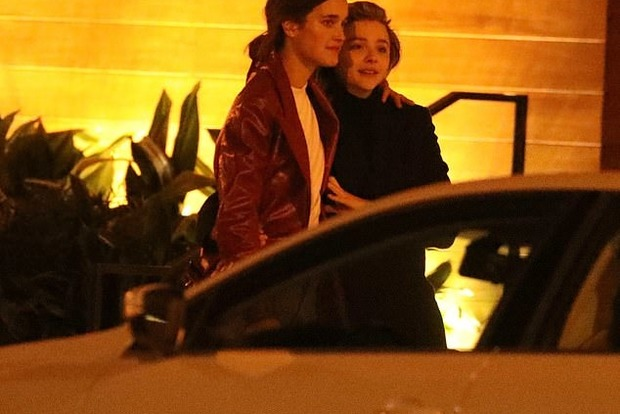 Відому голлівудську актрису застали за пристрасними поцілунками з моделлю