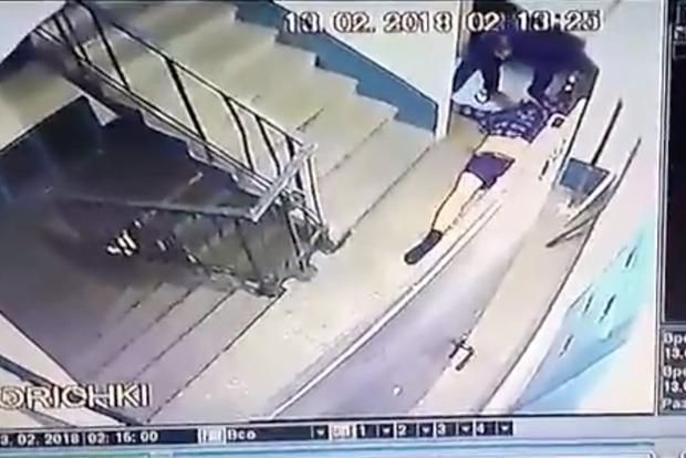 В Запорожье мужчина пытался избавиться от трупа, бросив его в лифте