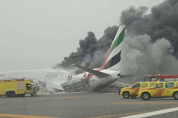 В аэропорту Дубая после неудачной посадки загорелся самолет с пассажирами (фото, видео)