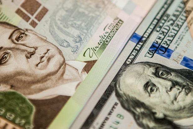 Премьер успокоил украинцев прогнозом курса доллара