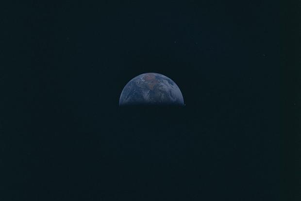 Экипаж Аполлона-10 сфотографировал рядом с Землей НЛО
