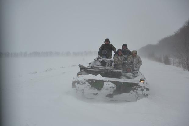 В Харьковской области дороги от снега расчищала военная техника