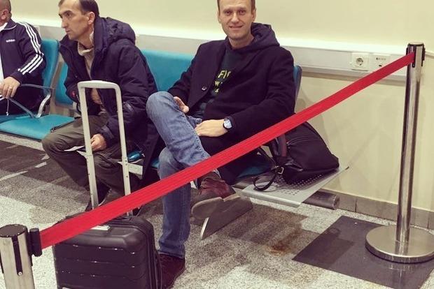 Оппозиционера Навального посадили на цепь в России