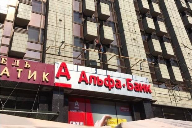 В центре Киева мужчина угрожает сброситься с третьего этажа гостиницы Крещатик