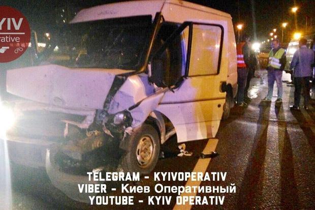 В Киеве пьяный на микроавтобусе врезался в авто дорожной службы