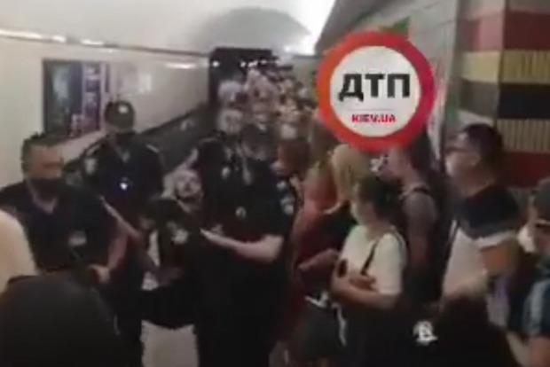 Метро в Киеве остановил неадекватный пассажир с ножом