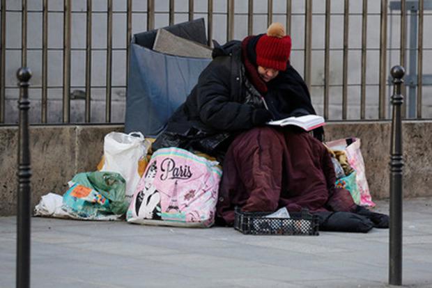 Сотня парижских бездомных поселились по соседству с Макроном