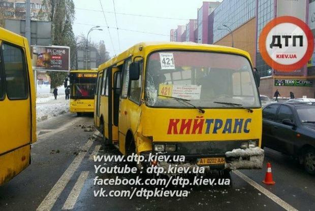 В Киеве столкнулись две пассажирские маршрутки, есть пострадавшие