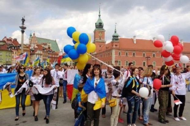 Польша разрешила украинцам чаще приезжать на сезонную работу. Сколько наши там зарабатывают