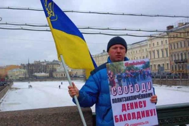 У Петербурзі на активіста з прапором України напали з ножем