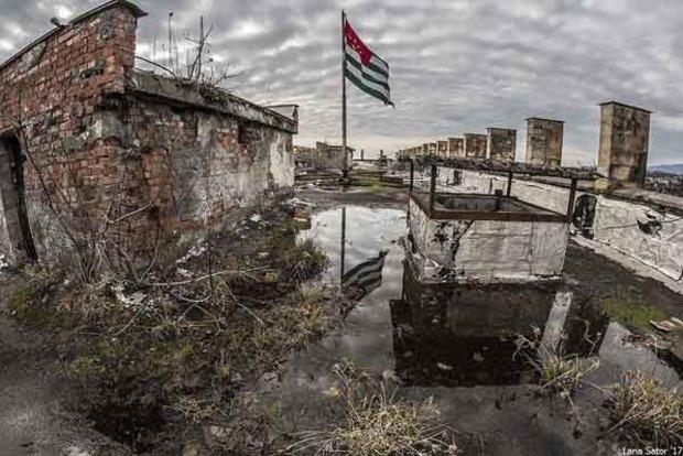 Территория тотальной разрухи. Страшные фото оккупированной Россией Абхазии