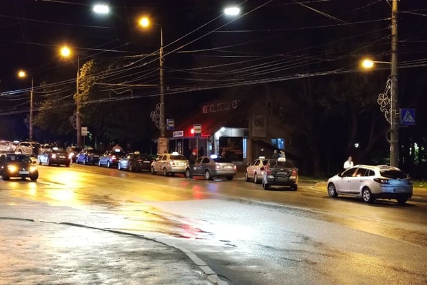 Скандал в Тернополе: к судье, не заплатившему таксисту, приехало 30 автомобилей его друзей