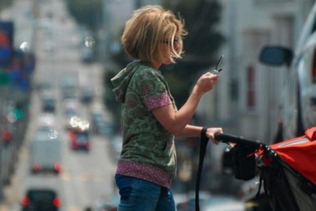 На Гавайях будут штрафовать пешеходов за смартфоны на дороге