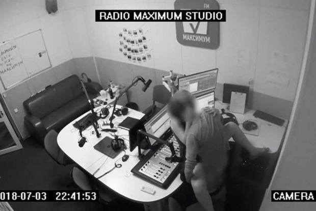 Порно в прямому ефірі. Співробітники влаштували розпусне побачення у столичній радіостудії (18+)
