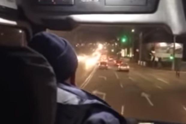 Быдло на дорогах. В Кременчуге водители не пропускают спасателей, едущих на вызов