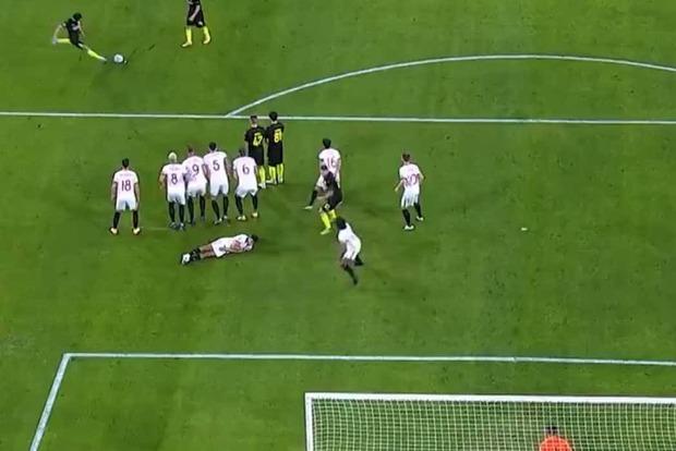 Мяч Шапи в ворота «Севильи» стал голом недели в Лиге чемпионов