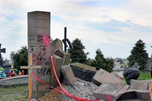 Осквернение памятника УПА в Польше обошлось Кремлю в 100 тыс. евро
