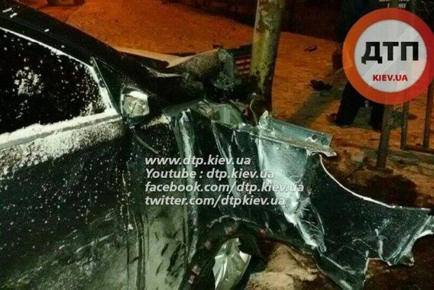 В Киеве пьяный водитель врезался в остановку