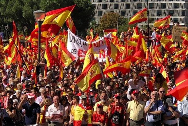 В Барселоне тысячи людей митингуют против отделения Каталонии
