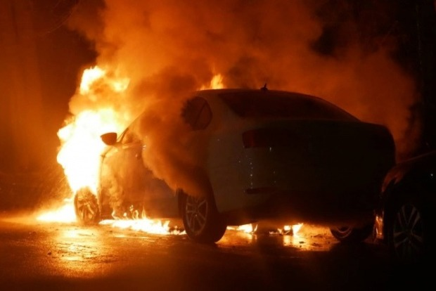 Посольство РФ в Киеве забросали шашками и сожгли авто дипломата