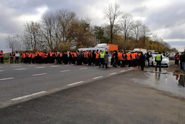 Работникам Тернопольского облавтодора 4 месяца не платят зарплату. Люди вышли на протест
