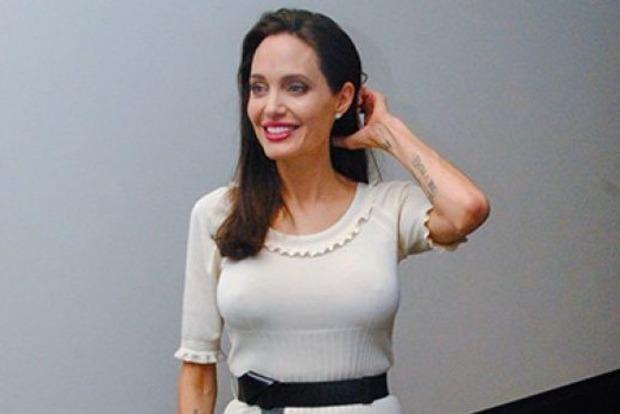 Соблазнительница Анджелина Джоли не надела нижнее белье под прозрачное платье