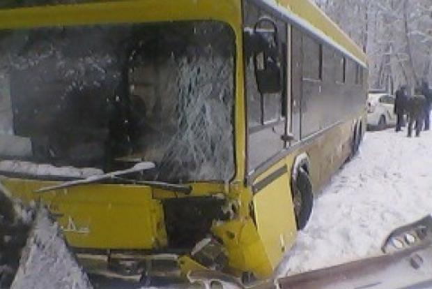 В Киеве автобус влетел в дерево, пострадавших везут в больницу