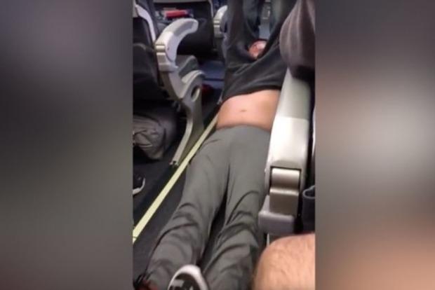 В Чикаго доктора выбросили из самолета