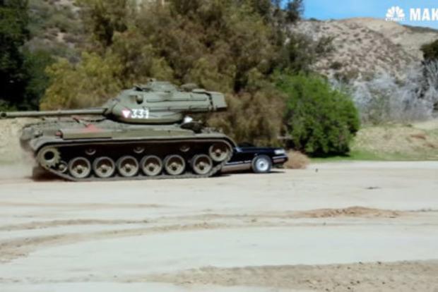 Шварценеггер на личном танке раздавил лимузин. Потрясающее видео