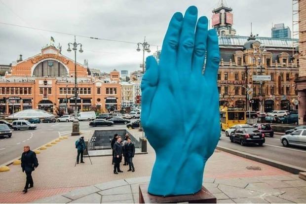 В столице установили синюю руку дружбы. Киевлянам не зашло