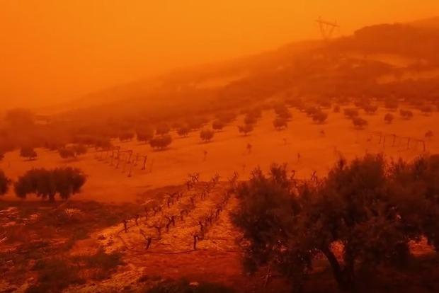 Остров Крит стал кроваво-оранжевым. Невероятные кадры