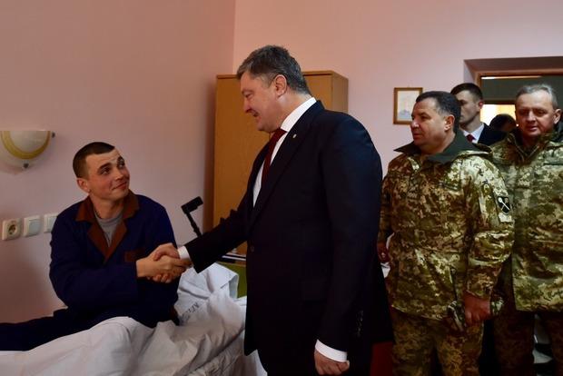 Порошенко заявил, что свыше 13 тыс. военных прошли лечение в Главном военном госпитале в Киеве