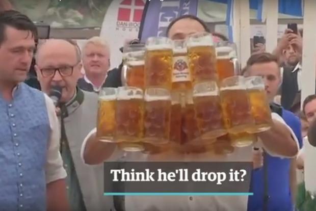 В Баварии побили рекорд одновременного переноса пивных кружек