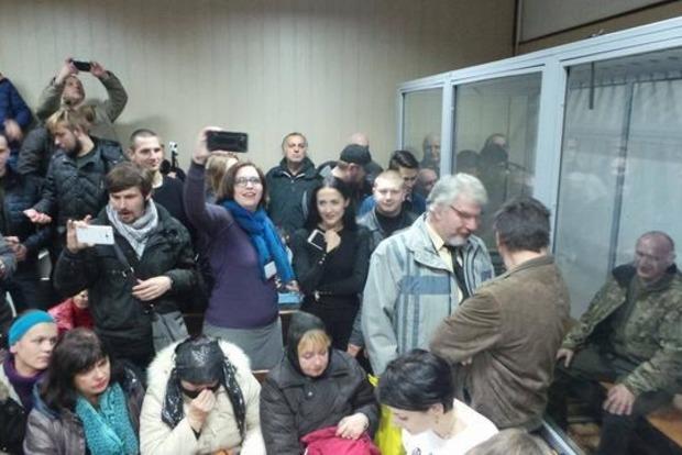 Сторонники Коханивского разгромили зал суда и разожгли во дворе костер