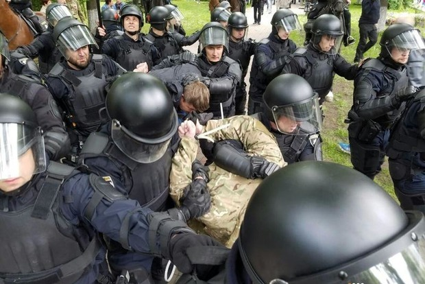 «Бей фашистов»: возле Вечного огня в Киеве возникла драка