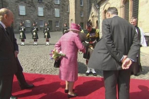 Голодный пони чуть не съел букет королевы Великобритании Елизаветы II