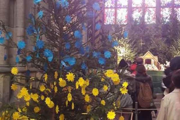 ВЧехии елку украсили рождественскими звездами сназваниями городов Донбасса