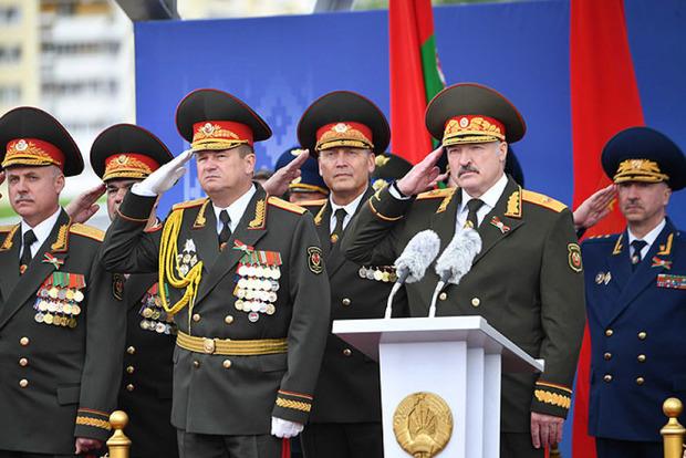 Без масок. Лукашенко провел военный парад в Минске
