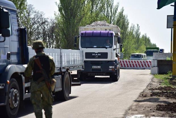 Аброськин лично остановил два грузовика, у которых выявили перегруз по 7 тонн