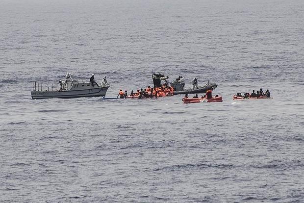 В Средиземном море затонуло судно с сотнями беженцев, десятки погибших