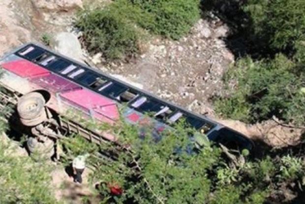 В Индии автобус с пассажирами сорвался в глубокое ущелье