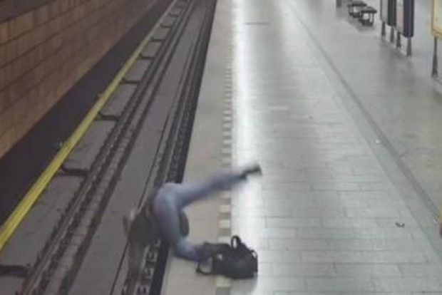 Драка в метро Праги: Мужчина оказался на грани смерти, спасла хорошая реакция (ВИДЕО)