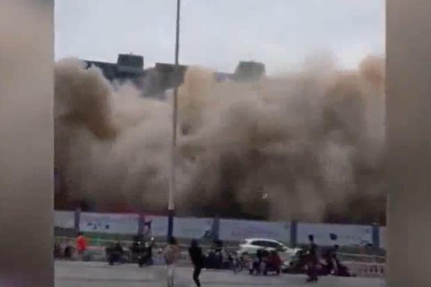 В Китае снесли многоэтажный дом в нескольких метрах от прохожих