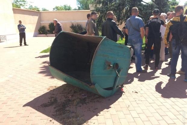В Белгороде-Днестровском облили зеленкой и пытались кинуть в мусорный бак члена исполкома