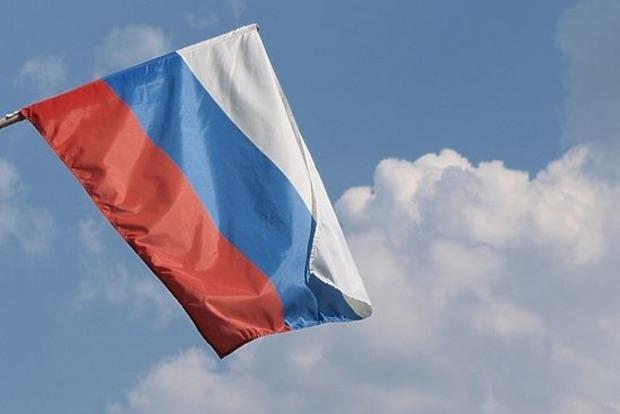 Подростки в Москве нарисовали свастику на российском флаге и сожгли его