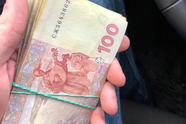 Золотые дети: малышня в Киеве вернула прохожему пачку потерянных денег