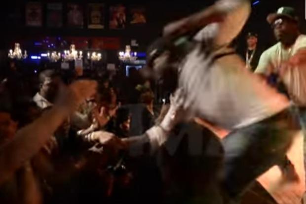Американский рэпер ударил фанатку, которая стащила его со сцены