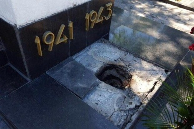 В Харькове вандалы разгромили братскую могилу советских солдат и могилу маршала